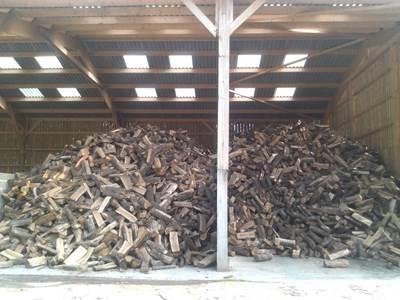 Stockage bois de chauffage cheap rangement bois de for Range buches exterieur castorama